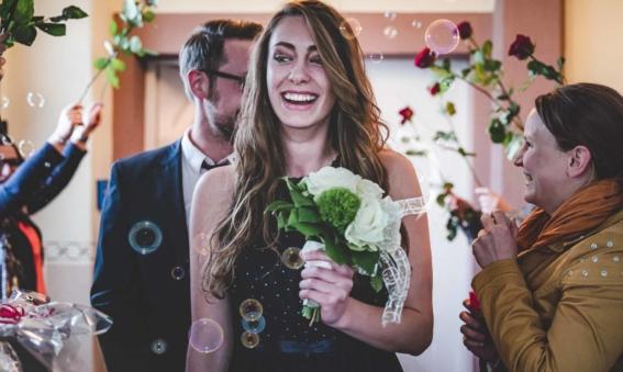 Hochzeitspaar mit Seifenblasen Standesamt Billigheim Landkreis Heilbronn Hochzeit